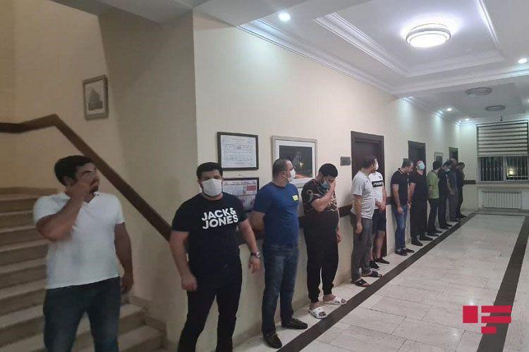 В Баку выявлено работающее в карантин кафе, задержаны 27 человек - ФОТО
