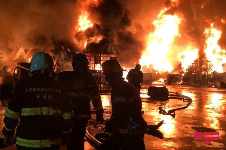 Пожар на лакокрасочной фабрике в Баку привел к загрязнению воздуха
