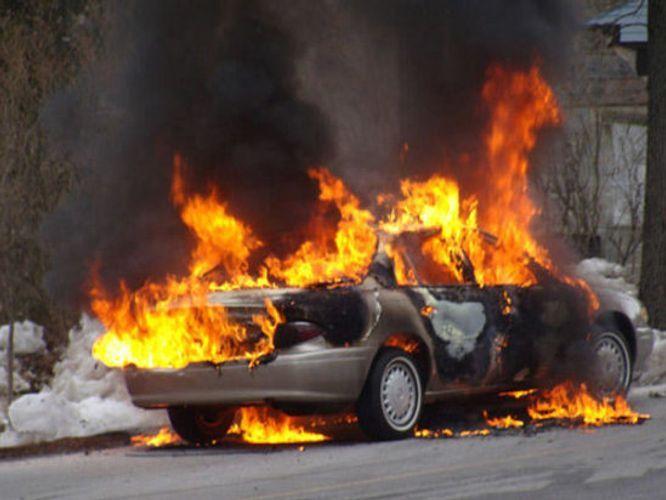 Bakıda avtomobil yanıb