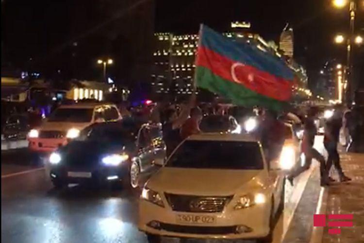 В районах и городах Азербайджана проведены шествия в поддержку армии - <span class=