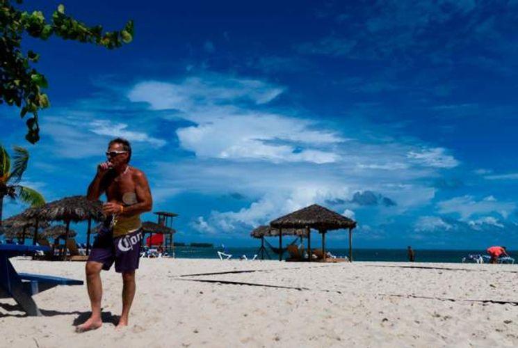 Bahamas closes borders to US tourists