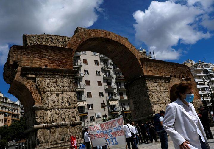 Greece welcomes foreign visitors, restarts summer tourism