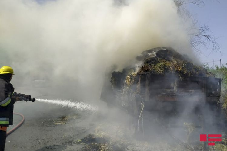 Ucarda yüklü traktor yanıb - FOTO