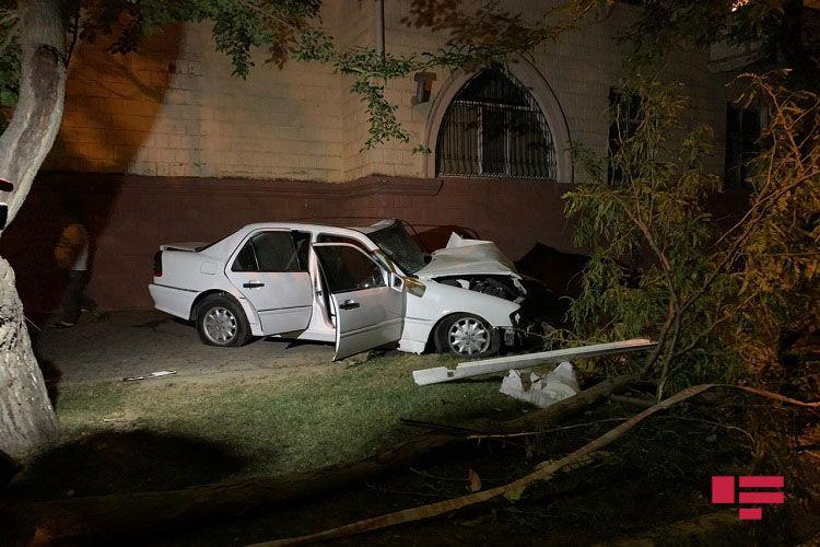 Bakıda avtomobil ağaclara çırpılıb, sürücü xəsarət alıb - FOTO