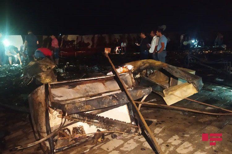 В Шамкире при пожаре на рынке сгорело до 10 ларьков - ФОТО