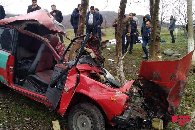 В Исмаиллы столкнулись грузовик и легковой автомобиль, есть погибшие - <span class=