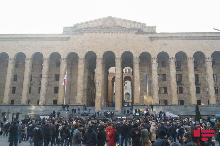 Оппозиция Грузии приостановила акции протеста