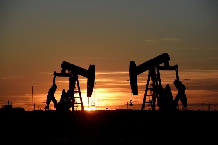 Oil prices fall 8-10% at opening after weekend