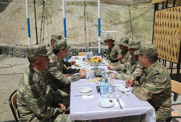 Министр обороны находится в прифронтовой зоне, где проводятся учения - ВИДЕО