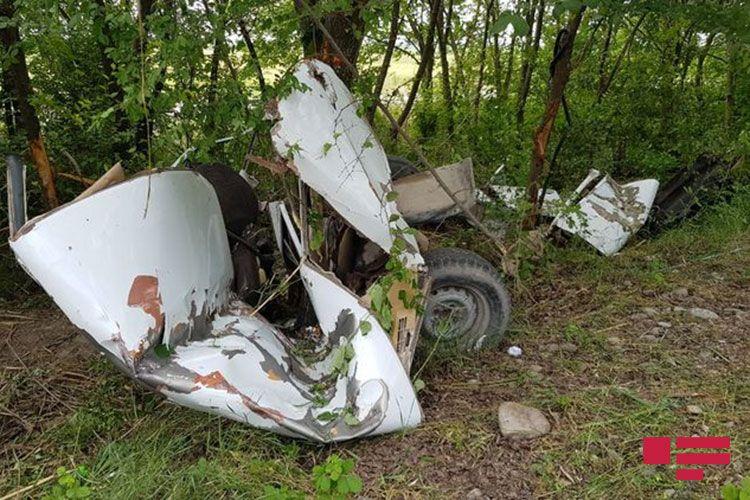 Ağdaşda minik avtomobili ağaca çırpılıb, sürücü ölüb - FOTO