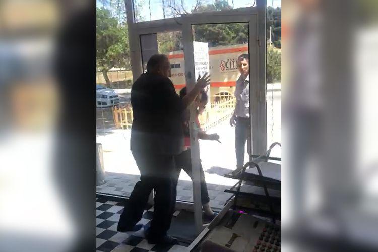 Şirvanda bərabər yaşadığı qadını döyən jurnalist saxlanılıb - VİDEO