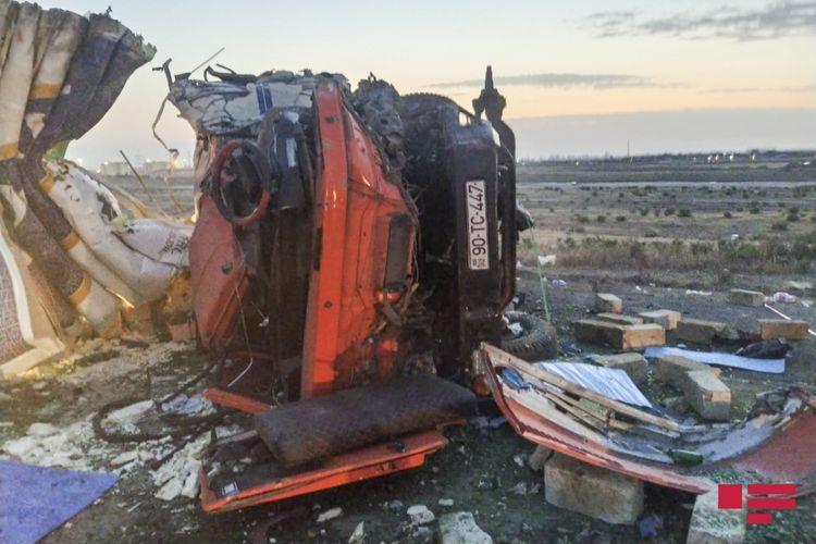 В Сумгайыте столкнулись два грузовика, есть погибшие - ФОТО