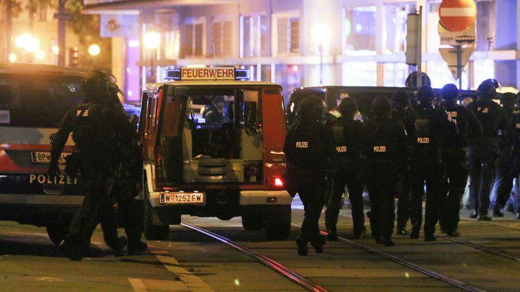 Теракт в Вене: Два человека погибли, 15 ранены, нападавшие скрылись