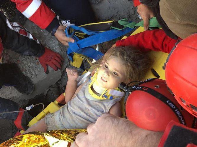İzmirdə 4 yaşlı qız 91 saat sonra dağıntıların altından sağ çıxarılıb