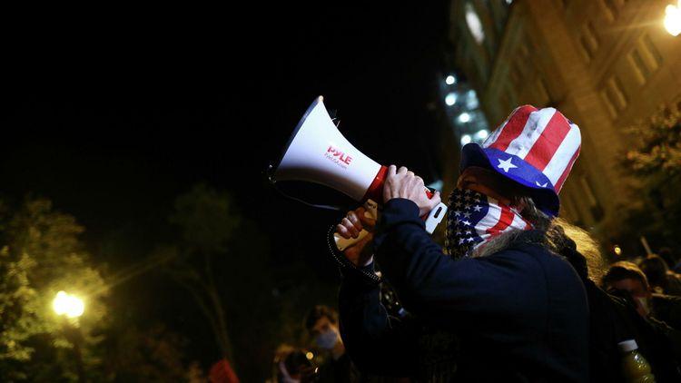 Толпа у Белого дома не расходится в ожидании итогов выборов