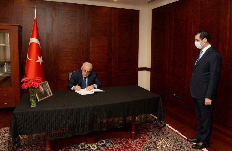 Azerbaijani PM extends condolences on death of Mesut Yilmaz in Embassy of Turkey