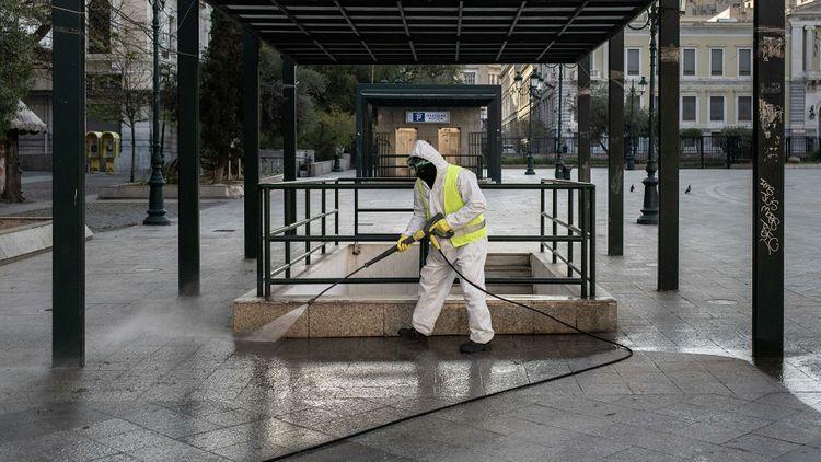 Греция поставила три антирекорда по коронавирусу за сутки