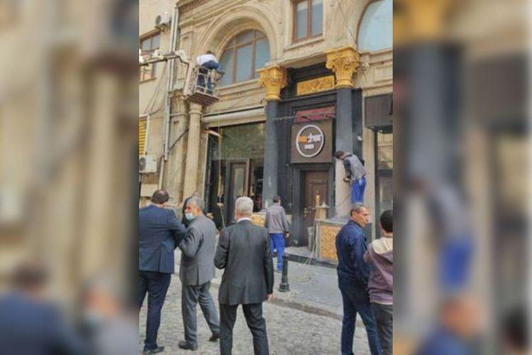 Наказаны лица, окрасившие фасад исторического здания в Баку в черный и золотой цвета