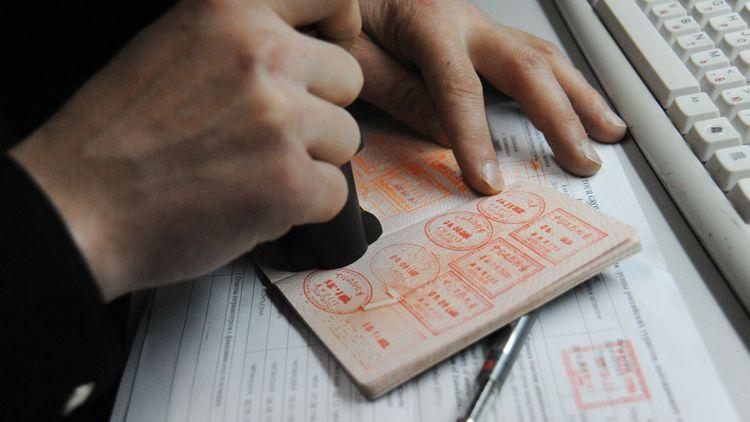 Китай приостановил въезд из России по визам
