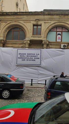 В Баку началось восстановление исторического здания, фасад которого был окрашен