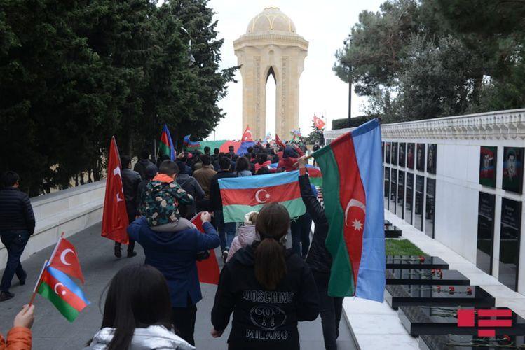 Граждане устремились  в Аллею шехидов, как только узнали об освобождении города Шуша - ФОТО