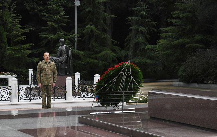 Президент Азербайджана Ильхам Алиев и первая леди Мехрибан Алиева посетили Аллею почетного захоронения и Аллею шехидов - ОБНОВЛЕНО