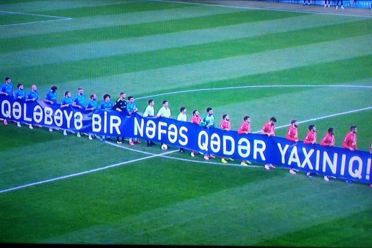 """Azərbaycan klubları meydana """"Qələbəyə bir nəfəs qədər yaxınıq"""" pankartı ilə çıxıb"""