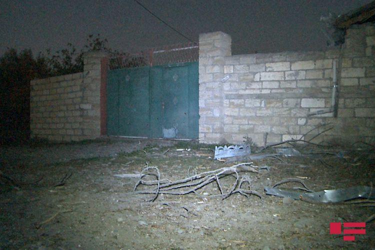 Düşmənin atdığı mərmi APA TV-nin operatorunun yaşadığı evin həyətinə düşüb - FOTO