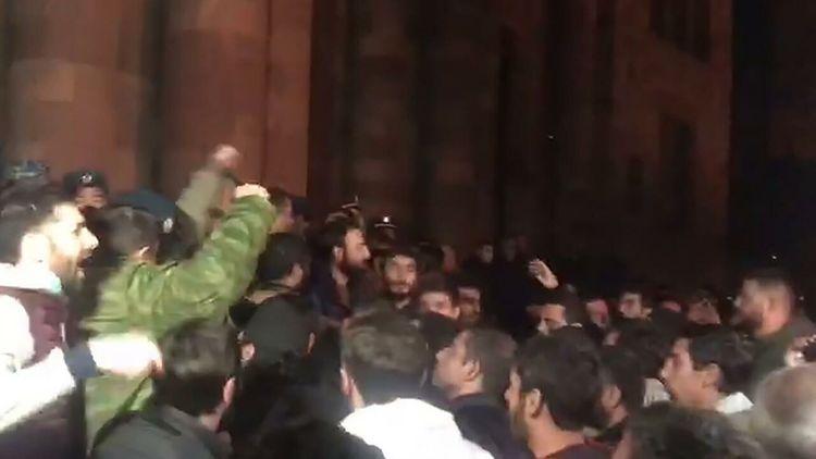 В центре Еревана собрались несколько тысяч протестующих