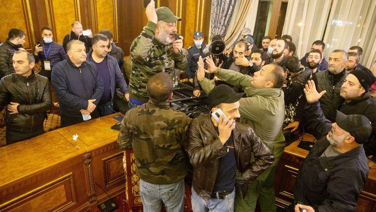 Оппозиция хочет добиться выхода Армении из договоренностей по Карабаху