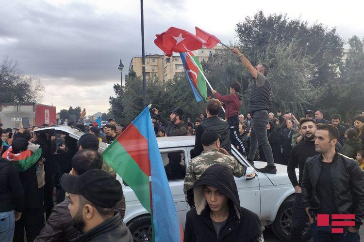 Bakı sakinləri tarixi zəfəri qeyd edir - VİDEO