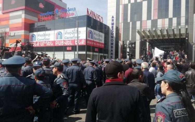В Ереване проходит митинг, протестующие перекрыли дорогу и собрались во дворе парламента