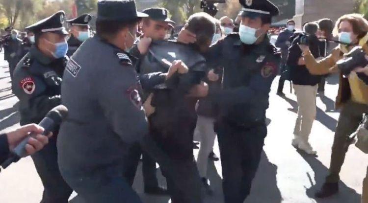 Обстановка на митинге в Ереване накаляется, пострадали трое полицейских - ОБНОВЛЕНО
