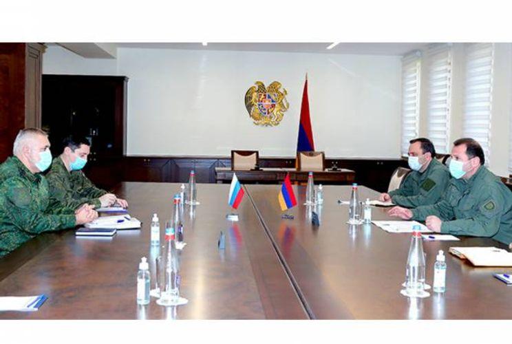 Ermənistanın müdafiə naziri Rusiya sülhməramlılarının komandanı ilə görüşüb