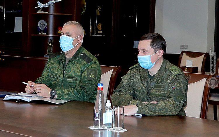 Министр обороны Армении встретился с командующим миротворцами РФ в Карабахе