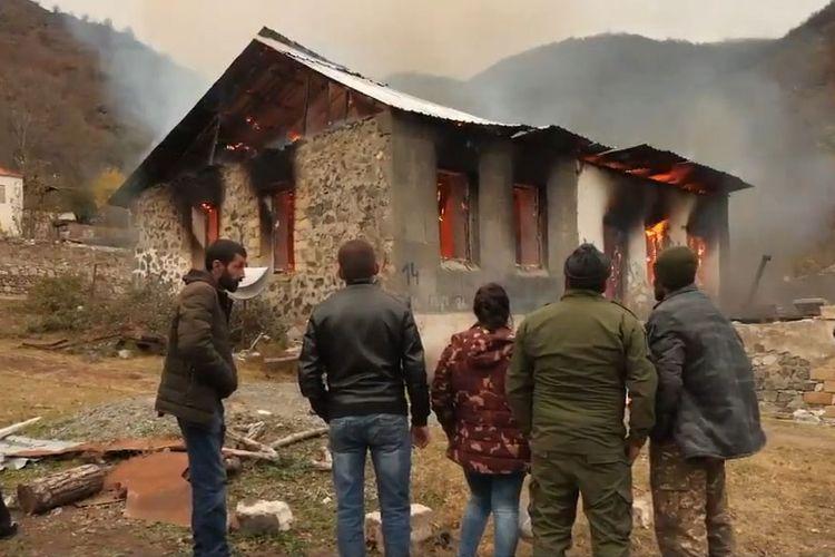 Armenians leaving Kalbajar set fire to houses, demolish shops and power substations - VIDEO