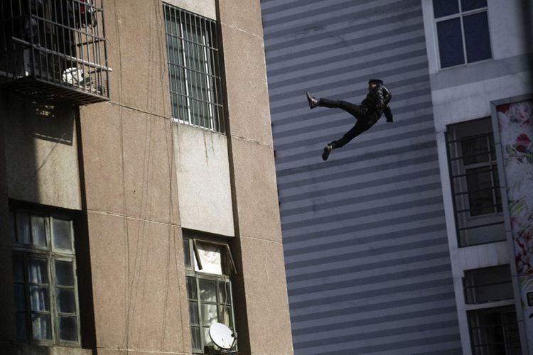 В Баку 17-летний юноша  выбросился с 15-го этажа