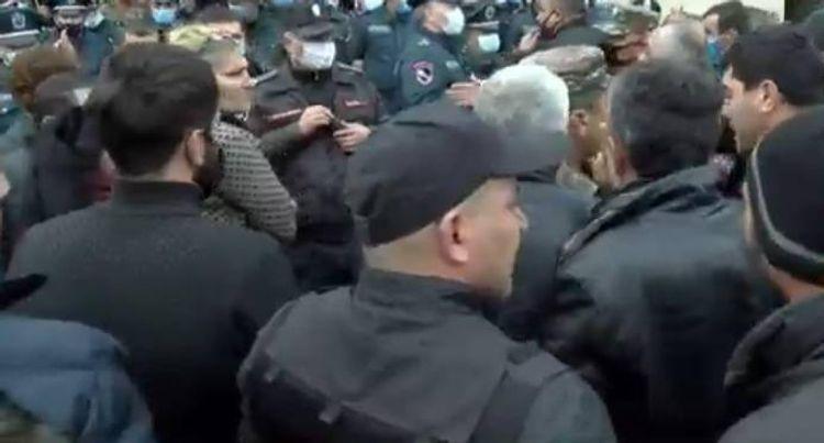 Родители пропавших армянских солдат собрались у здания Минобороны Армении
