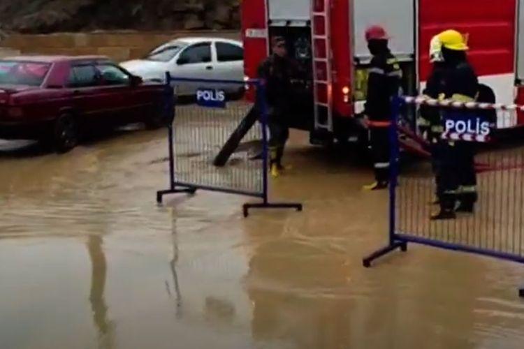 FHN: Yağış nəticəsində köməksiz qalmış vətəndaşlar təhlükəsiz əraziyə çıxarılıb - VİDEO