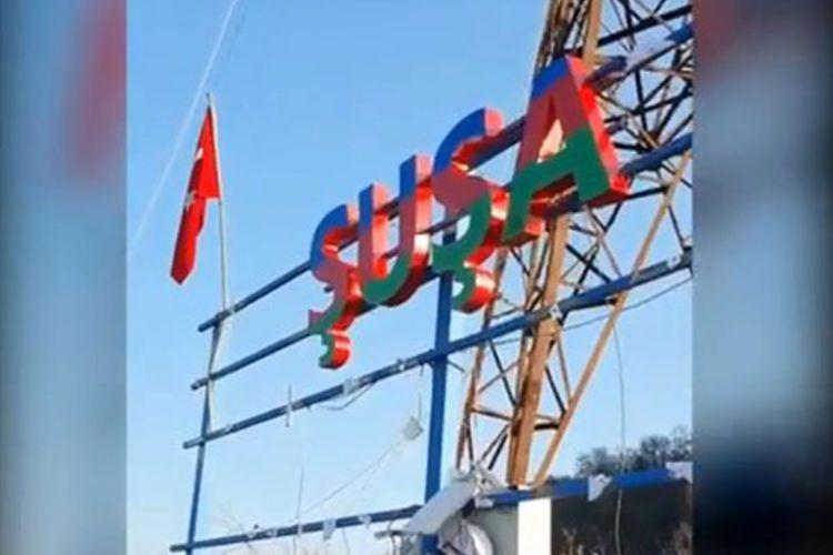 У въезда в Шушу установлена надпись «ŞUŞA» - ВИДЕО