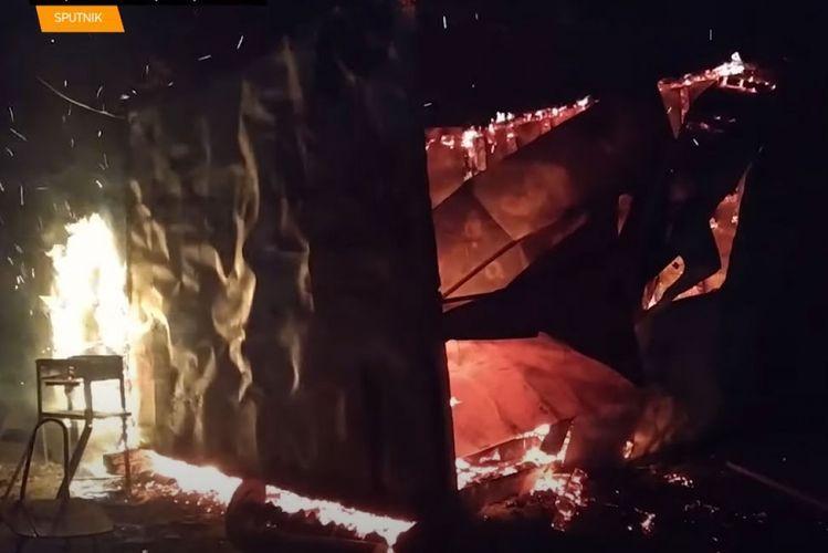 Покидающие Агдам армяне сжигают дома и магазины - ВИДЕО