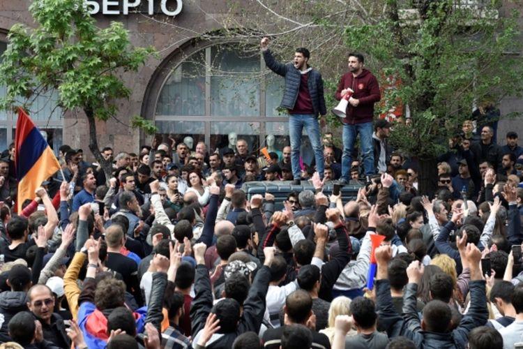 Участники акции в Ереване призывают к отставке Пашиняна, перекрыты центральные улицы