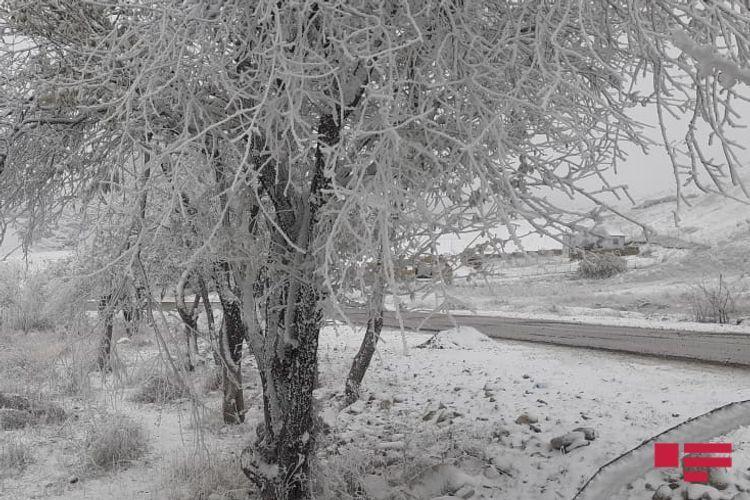 В Шамахы выпал снег, на дорогах ожидается гололедица - ФОТО
