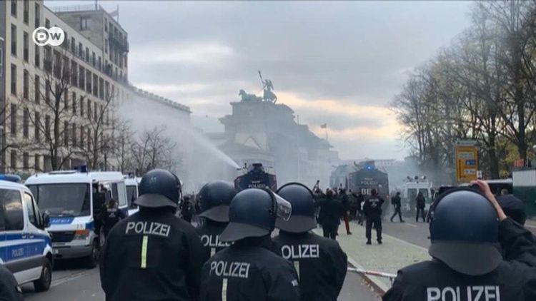 Berlində karantin rejimi əleyhinə nümayişlərdə 77 polis yaralanıb
