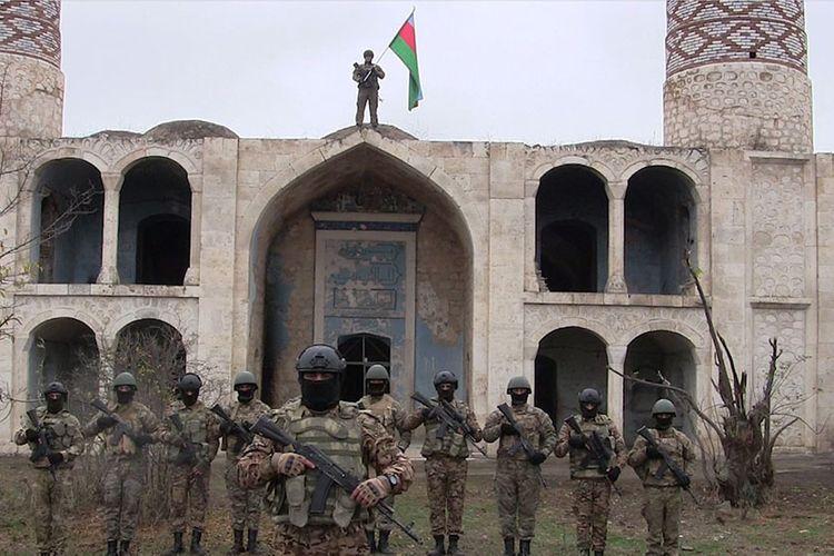 Азербайджанская армия водрузила азербайджанский флаг в Агдаме - ВИДЕО