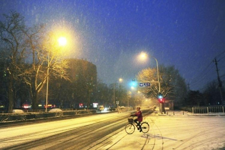 Столичный аэропорт Пекина отменил более 100 рейсов из-за первого в этом году снегопада