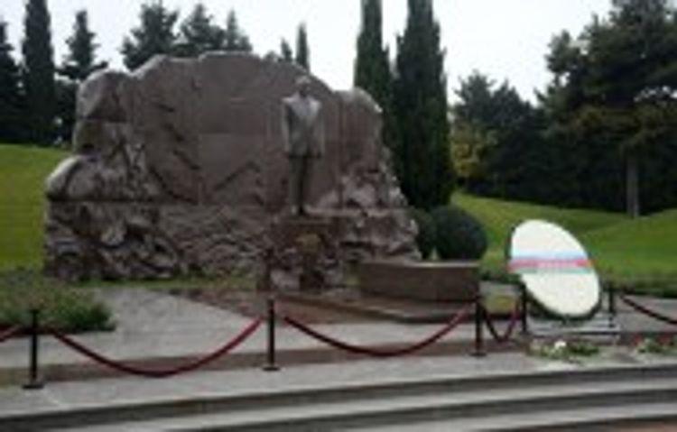 Представители ПЕА посетили могилу Гейдара Алиева и Аллею шехидов