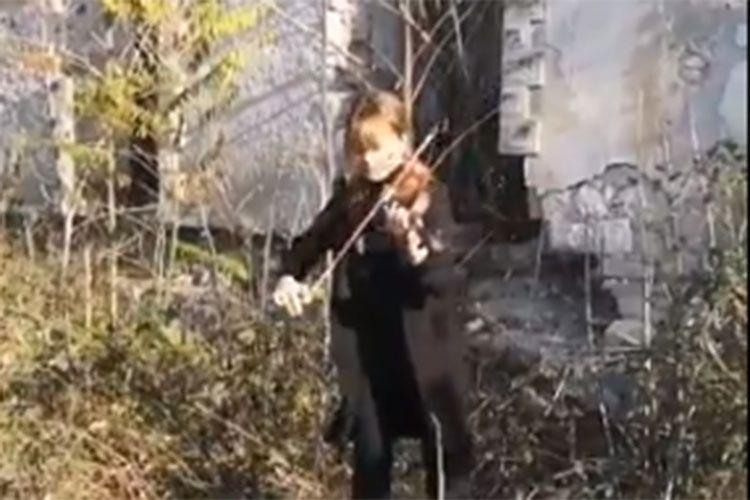 Füzulinin dağıdılmış Mədəniyyət Mərkəzinin qarşısından dünyaya musiqi ilə mesaj - VİDEO