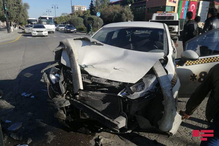 Sumqayıtda taksi qəzaya düşüb