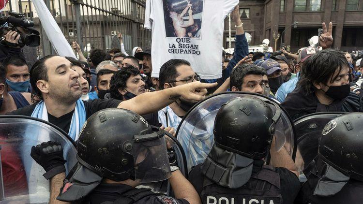 Власти Аргентины продлили прощание с Марадоной из-за беспорядков